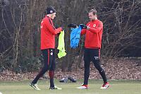 Alexander Meier (Eintracht Frankfurt) und Marco Russ (Eintracht Frankfurt) ziehen die Leibchen an - 06.03.2018: Eintracht Frankfurt Training, Commerzbank Arena