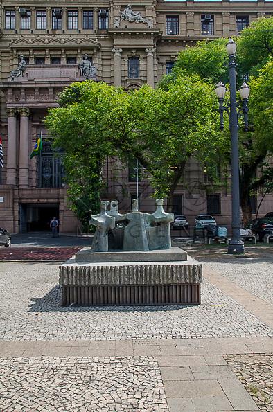 Os P&aacute;ssaros. Fel&iacute;cia Leirner (1904-1996), Bronze 1,00m x 1,68m x 1,02m, Pedestal &ndash; Granito 0,15m x 2,00m x 1,35m. Pra&ccedil;a da S&eacute;, S&atilde;o Paulo - SP, 01/2013.<br /> * &Eacute; necess&aacute;rio solicitar autoriza&ccedil;&atilde;o de uso ao autor da obra.
