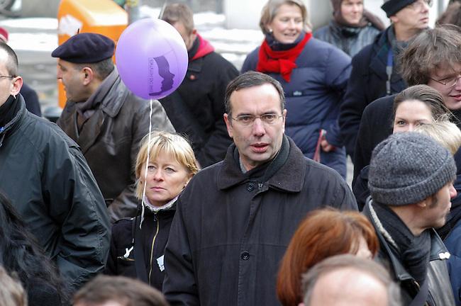 Demonstration gegen Gewalt an Frauen<br /> Samstag den 5. Maerz 2005 demonstrierten ca. 2000 Menschen unter dem Motto: &quot;NEIN zu Gewalt an Frauen&quot; durch die Stadtteile Neukoelln und Kreuzberg. Anlass fuer die Demonstration war der Internmationale Frauentag am 8. Maerz und die als Ehrenmord bezeichnete Ermordung einer jungen Frau aus der Tuerkei am 7. Februar 2005.<br /> Aufgerufen zu dieser Demonstration hatten die internationale Frauenorganisation &quot;terres des femmes&quot; und zahlreichen anderen politischen Frauenorganisationen.<br /> Hier: Harald Wolf (PDS), Berliner Senator fuer Wirtschaft, Arbeit und Frauen.<br /> 5.3.2005, Berlin<br /> Copyright: Christian-Ditsch.de<br /> [Inhaltsveraendernde Manipulation des Fotos nur nach ausdruecklicher Genehmigung des Fotografen. Vereinbarungen ueber Abtretung von Persoenlichkeitsrechten/Model Release der abgebildeten Person/Personen liegen nicht vor. NO MODEL RELEASE! Nur fuer Redaktionelle Zwecke. Don't publish without copyright Christian-Ditsch.de, Veroeffentlichung nur mit Fotografennennung, sowie gegen Honorar, MwSt. und Beleg. Konto: I N G - D i B a, IBAN DE58500105175400192269, BIC INGDDEFFXXX, Kontakt: post@christian-ditsch.de<br /> Bei der Bearbeitung der Dateiinformationen darf die Urheberkennzeichnung in den EXIF- und  IPTC-Daten nicht entfernt werden, diese sind in digitalen Medien nach &sect;95c UrhG rechtlich geschuetzt. Der Urhebervermerk wird gemaess &sect;13 UrhG verlangt.]