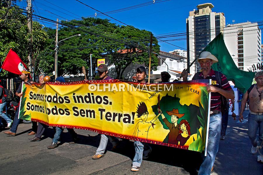 Passeata do MST e lideres indigenas pela demarcaçao da terra. Campo Grande. Mato Grosso do Sul. 2013. Foto de Cristina Livramento.