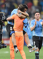 FUSSBALL WM 2014  VORRUNDE    GRUPPE D     Uruguay - England                     19.06.2014 Luis Suarez (li) und Torwart Fernando Muslera (re, beide Uruguay) jubeln nach dem Abpfiff