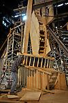 UTRECHT - In een loods langs het Amsterdam-Rijnkanaal in Lage Weide is beeldhouwer Ruud Kuijer voorzichtig begonnen, Waterwerk V uit de betonbekisting te halen. De acht meter hoge betonnen sculptuur is onderdeel van het project Waterwerken waarvan eerder vijf kunstwerken langs het Amsterdam-Rijnkanaal zijn geplaatst. Om het beton voor het 22 ton zware beeld in alle hoekjes en gaatjes van de bekisting te laten stromen is een speciale samenstelling ontwikkeld door betontechnoloog Hennie van den Oever van Mebin. COPYRIGHT TON BORSBOOM