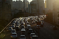 SAO PAULO, 16 DE MAIO DE 2012 - TRANSITO SP - Transito na ligacao leste-oeste no fim da tarde desta quarta feira. FOTO:ALEXANDRE MOREIRA - BRAZIL PHOTO PRESS