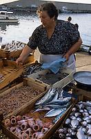 Europe/Italie/Calabre/Baganara : Femme de pêcheur vendant le poisson sur le port