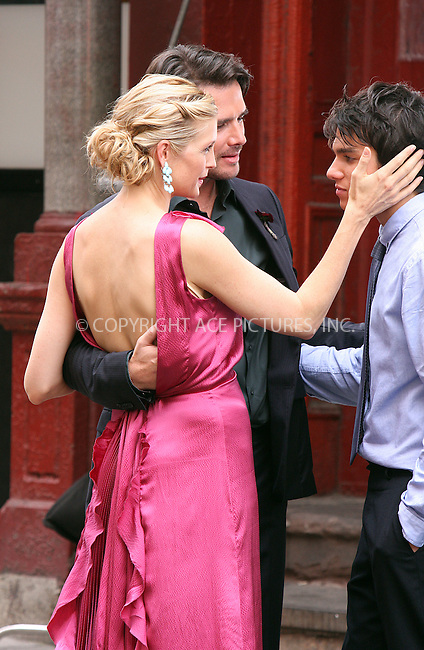 "WWW.ACEPIXS.COM . . . . .  ....August 12 2009, New York City....Actors Matthew Settle (C),  Chris Riggi (R) and Kelly Rutherford on the set of the TV show ""Gossip Girl"" in Manhattan on August 12, 2009 in New York City.....Please byline: AJ Sokalner - ACEPIXS.COM..... *** ***..Ace Pictures, Inc:  ..tel: (212) 243 8787..e-mail: info@acepixs.com..web: http://www.acepixs.com"