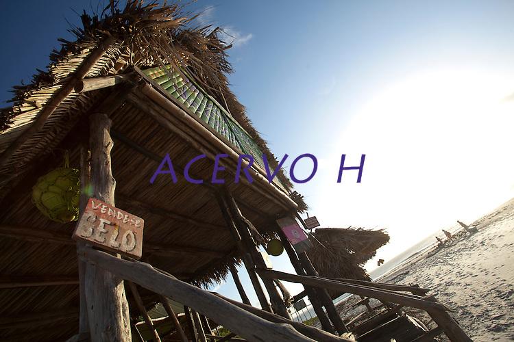 Algodoal &eacute; uma das quatro vilas que formam a Ilha de Maiandeua, localizada no munic&iacute;pio de Maracan&atilde;, na regi&atilde;o do Salgado, nordeste do Par&aacute;. Como Algodoal &eacute; a vila mais conhecida do local, e tamb&eacute;m a maior da ilha, o nome acabou se sobrepondo ao original, &quot;Maiandeua&quot;, que do tupi, significa &quot;m&atilde;e da terra&quot;. Por ser muito pr&oacute;ximo de Algodoal, o porto de Marud&aacute;, distrito de Marapanim, &eacute; utilizado como refer&ecirc;ncia de acesso &agrave; ilha.<br /> <br /> Os 19 quil&ocirc;metros quadrados de praias com grandes extens&otilde;es de areia, manguezais, trilhas ecol&oacute;gicas, passeios de canoa e a pesca esportiva s&atilde;o alguns dos atrativos que mais impressionam os visitantes de Algodoal. Al&eacute;m disso, as festas noturnas da ilha, sempre ao som de reggae e ritmos regionais, como carimb&oacute; e tecnobrega, atraem muitos jovens em busca de divers&atilde;o, principalmente nos per&iacute;odos de alta temporada do ver&atilde;o amaz&ocirc;nico.<br /> <br />  &Aacute;rea de Prote&ccedil;&atilde;o Ambiental<br /> Algodoal tornou-se uma &Aacute;rea de Prote&ccedil;&atilde;o Ambiental (APA) em 1990, atrav&eacute;s de uma resolu&ccedil;&atilde;o da Secretaria de Estado do Meio Ambiente (Sema). Por isso, ve&iacute;culos de tra&ccedil;&atilde;o motorizada s&atilde;o proibidos de circular na ilha, exceto ambul&acirc;ncias e viaturas de pol&iacute;cia. Sob essas condi&ccedil;&otilde;es, quem n&atilde;o for adepto de longas caminhadas pode optar por utilizar bicicletas, charretes ou barcos, &uacute;nicos meios de transporte utilizados pela popula&ccedil;&atilde;o local.<br /> <br /> A APA Algodoal/Maiandeua foi a primeira Unidade de Conserva&ccedil;&atilde;o (UC) litor&acirc;nea do Par&aacute;, e est&aacute; dividida em quatro vilas: Camboinha, Fortalezinha, Mocooca e Algodoal, sendo esta &uacute;ltima a mais preparada e bem estruturada para receber os turistas.<br /> <br /> Ilha 