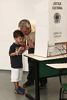 ATENÇÃO EDITOR: FOTO EMBARGADA PARA VEICULOS INTERNACIONAIS - SAO PAULO, SP, 07 DE OUTUBRO 2012 - ELEICOES 2012 -  ALEXANDRE SCHEINEIDER - o prefeito Kassab acompanha o vice de Serra Alexandre Scheineider na votação,  no colegio PUC, regiao da  zona oeste da capital, nessa manha de domingo, 07- FOTO LOLA OLIVEIRA - BRAZIL PHOTO PRESS