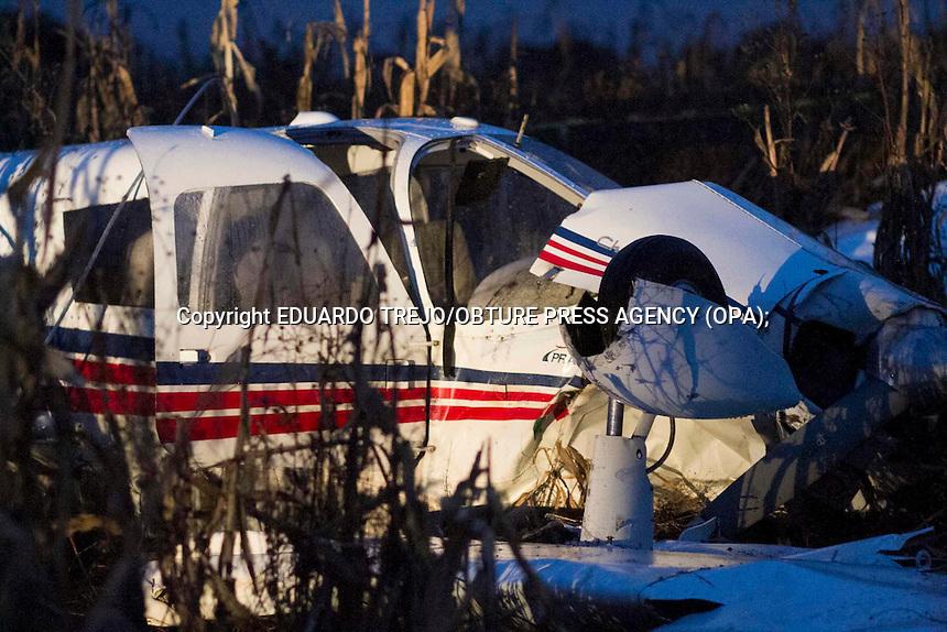 Aculco, Estado de M&eacute;xico. 08 noviembre 2014.- Un lesionado y siete comunidades afectadas por el corte de energ&iacute;a el&eacute;ctrica fue el saldo de la ca&iacute;da de una avioneta procedente del Aeropuerto Intercontinental de Quer&eacute;taro, propiedad de una escuela de aviaci&oacute;n.<br /> <br /> El estudiante de aviaci&oacute;n Oscar Ladr&oacute;n de Guevara, de 19 a&ntilde;os, result&oacute; lesionado luego de que la avioneta de practicas de cuatro plazas cayera sobre una &aacute;rea parcelada, los hechos se dieron en una zona de la rancher&iacute;a La Salamanca, perteneciente al ejido de La Concepci&oacute;n en Aculco, Estado de M&eacute;xico.<br /> <br /> La avioneta accidentada es una Piper Cherokee 140 color blanco con franjas rojas y matricula K8-NWU, pertenece a la Escuela de Aviaci&oacute;n Praat, de la ciudad de Quer&eacute;taro. Foto Eduardo Trejo/Obture Press Agency