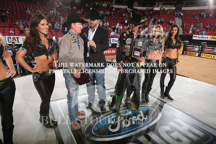 JB Mauney and Diamond S wins the first round of the World Finals Built Ford Tough Series PBR. Photo by Andy Watson