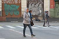 SAO PAULO, SP, 30-04-2014, FRIO.  Mais um manha gelada em São Paulo, na foto pedestres se protegem do frio nessa quarta-feira (30), na Praça João Mendes, centro da capital paulista.  Luiz Guarnieri/ Brazil Photo Press.