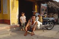 Vater und Tochter im Kim Son-Distrikt, Vietnam