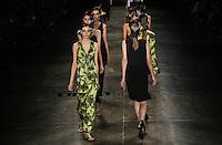 SAO PAULO, SP, 22 MARÇO 2013 - SPFW - UMA RAQUEL DAVIDOWICZ - Desfile da Uma Raquel Davidowicz grife durante o São Paulo Fashion Week ( SPFW ) Verão 2013 e 2014 realizado no Espaço da Bienal no Parque do Ibirapuera em São Paulo (SP), nesta sexta-feira (22). (FOTO: WILLIAM VOLCOV / BRAZIL PHOTO PRESS).