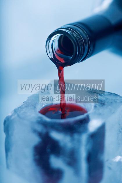 Amérique/Amérique du Nord/Canada/Québec/   Sainte-Catherine -de-la -Jacques-Cartier: Service du Caribou, mélange  de porto, sherry, vodka et brandy , au bar de glace de l'  Ice Hôtel, Hôtel de Glace à la station touristique de Duschesnay prés du lac Saint-Joseph