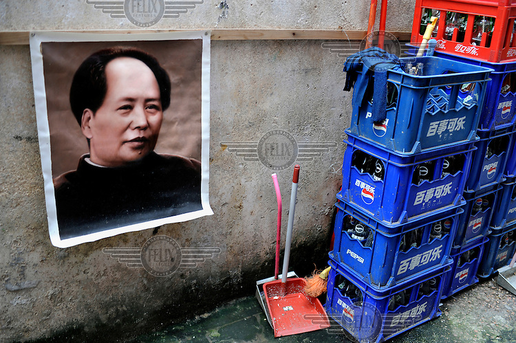 A portrait of the young Mao Zedong next to some Pepsi Cola crates. Dafen is home to an art industry producing replicas, as well as original works, of pieces by the world's great artists for sale overseas. The success of this business has attracted more and more trained artists to the town seeking an opportunity to make a living.