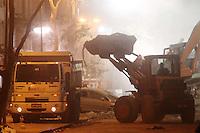 SAO PAULO, SP, 26 DE JANEIRO DE 2012 - DESABAMENTO PREDIO RIO DE JANEIRO - Equipes de Corpo de Bombeiros trabalham nesta madrugada (26) no local onde três prédios desabaram e um foi atingido parcialmente na região da Avenida Treze de Maio, no centro do Rio de Janeiro, na noite de ontem, 25. Um dos prédios que ruiu tem cerca de 20 andares, o outro, 10, e o terceiro, 4. Segundo o Corpo de Bombeiros, antes do desabamento teria havido uma explosão, mas isso não foi confirmado. Há pelo menos cinco feridos, dos quais quatro foram encaminhados ao Hospital Souza Aguiar. Cães farejadores detectaram pelo menos mais dois corpos soterrados, que ainda não haviam sido retirados dos escombros até o fim da madrugada. (FOTO: GUTO MAIA - NEWS FREE).