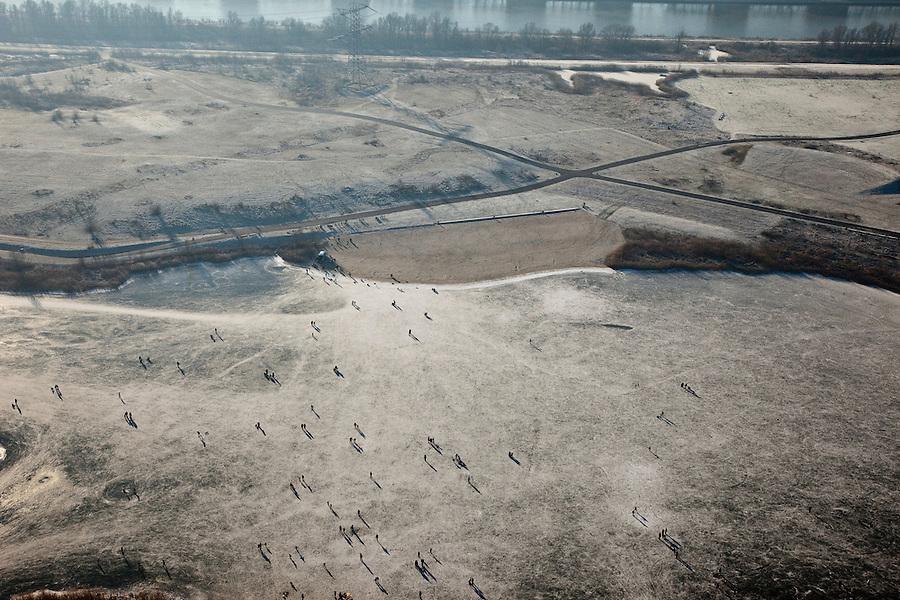 Nederland, Noord-Holland, Amsterdam, 10-01-2009; IJburg: silhouetten  van schaatsers op het ijs bij Steigereiland, Diemerzeedijk in de achtergrond;.silhouette of skaters on the ice at Steigereiland, Diemer Zeedijk in the background; .schaats, schaatsen, ijs, ijspret, pret, ijsbaan, natuurijs, schaatsen rijden, winter, koud, vriezen, min nul, beneden nul, koud, celsius, skating, ice skating, ice, fun, skating rink, natural, skate, snow, cold, freezing, minus zero, below zero, cold, winterlandscahp, winter landscape, tocht, toertocht, koek en zopie . .luchtfoto (toeslag); aerial photo (additional fee required); .foto Siebe Swart / photo Siebe Swart