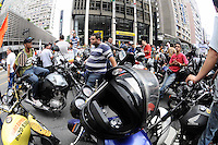 ATENÇÃO EDITOR: FOTO EMBARGADA PARA VEÍCULOS INTERNACIONAIS. SAO PAULO-SP) 01 DE FEVEREIRO 2013 CIDADES    SP- PROTESTO Concentração de motofrentistas na Av Paulista, em São Paulo (SP), protesto na manhã desta sexta-feira (01). As novas regras de segurança para motofrentistas começam a valer neste sábado (2), mas apenas 21 mil dos 500 mil profissionais do estado de São Paulo fizeram o curso obrigatório. Segundo o sindicato, a baixa adesão se deve aos gastos com o curso e com os itens de segurança... ADRIANO LIMA / BRAZIL PHOTO PRESS).