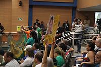 CAMPINAS, SP, 11.02.2019: PROTESTO-SP - Manifestantes protestam dentro da Câmara Municipal de Campinas, interior de São Paulo, na noite desta segunda-feira (11), contra o aumento do IPTU. O ato foi organizado por ao menos 30 entidades ligadas aos setores do comércio, indústria e serviços de Campinas. (Foto: Luciano Claudino/Codigo19)