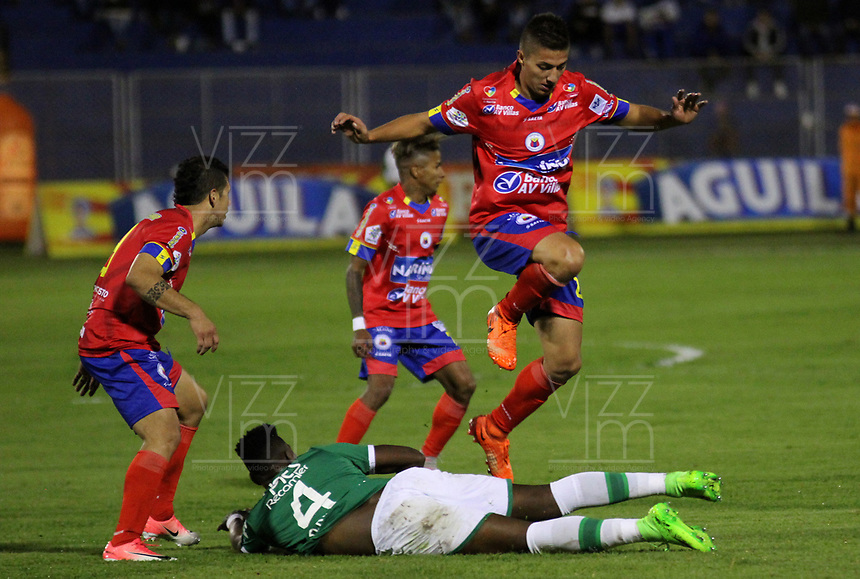 PASTO -COLOMBIA, 13-08-2017: Juan Pablo Ramirez (Der) jugador del  Deportivo Pasto disputa un balón con Danny Rosero (Izq) jugador de Deportivo Cali durante partido por la fecha 7 de la Liga Águila II 2017 jugado en el estadio La Libertad de Pasto. / Juan Pablo Ramirez (R) player of Deportivo Pasto vies for the ball with Danny Rosero (L) player of Deportivo Cali during match for the date 7 of the Aguila League II 2017 played at La Libertad stadium in Pasto. Photo: VizzorImage / Leonardo Castro / Cont