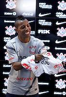 SÃO PAULO,SP,12 JANEIRO 2012 - TREINO CORINTHIANS<br /> O jogador Vitor Junior é apresentado no CT Joaquim Grava, no Parque Ecologico do Tiete, zona leste de Sao Paulo, na tarde desta quinta-feira 06.FOTO ALE VIANNA - NEWS FREE.