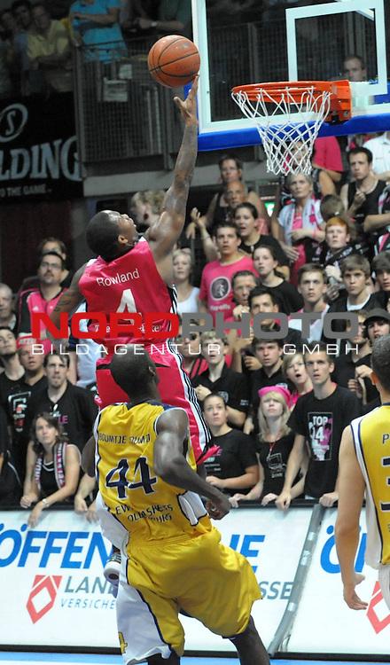 BBL 2008/2009 - Play Off - Finale  Spiel 5 von 5. 25.06.2009 EWE Arena Oldenburg<br /> <br /> EWE Baskets - Telekom Baskets Bonn<br /> <br /> E.J. Rowland(Bonn -  #04) erfolgreich gegen Ruben Boumtje Boumtje (#44 - EWE Baskets)<br /> <br /> Foto &copy; nph ( nordphoto )