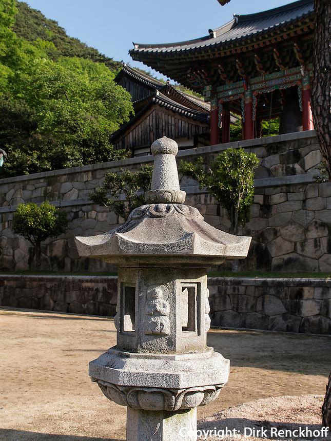Steinlaterne, buddhistischer Hwaeomsa Tempel in Jirisan Nationalpark, Provinz Jeollanam-do, S&uuml;dkorea, Asien<br /> stone lantern, buddhist Hwaeomsa temple in Jirisan national park, province Jeollanam-do, South Korea, Asia