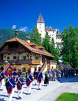 AUT, Oesterreich, Salzburger Land, Lungau, Mauterndorf: Prozession der Schuetzengilde vorm Schloss Mauterndorf | AUT, Austria, Salzburger Land, Lungau, Mauterndorf: procession of the shooting club in front of castle Mauterndorf