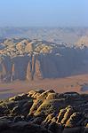 Les chateaux forts rocheux du Djebel Um Ushrin et du Khazali s embrasent dans le couchant. Les canyons devoilent les entrailles de la terre.  En contrebas, les avenues de sable ocre serpentent entre les falaises sombres