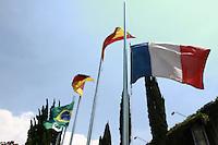 CURITIBA,PR, 14.11.2015 - FRANÇA-TERRORISMO - Bandeira da França amanheceu neste sábado (14) a meio mastro no consulado da Françês em Curitiba (PR). O ato de pesar pelas ações terroristas sofrido em Paris ,na noite da sexta-feira (13), onde milhares de pessoas morreram nos atentados ocorrido em diversos pontos de Paris.(Foto: Paulo Lisboa/Brazil Photo Press)