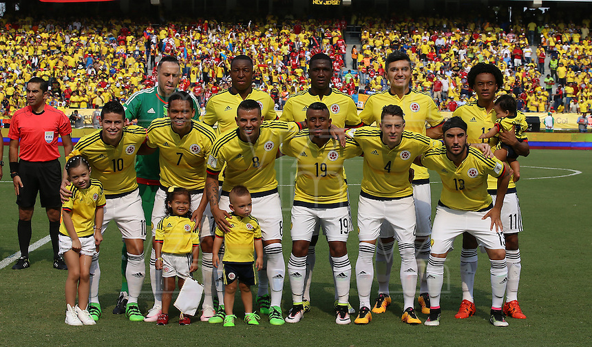 BARRANQUILLA - COLOMBIA -29-03-2016: Jugadores de Colombia posan para una foto de grupo previo partido entre Colombia y Ecuador de la fecha 6 para la clasificación sudamericana a la Copa Mundial de la FIFA Rusia 2018 jugado en el estadio Metropolitano Roberto Melendez en Barranquilla./  Players of Colombia pose to a photo during the formal events prior a match between Colombia and Ecuador of the date 6 for the qualifier to FIFA World Cup Russia 2018 played at Metropolitan stadium Roberto Melendez in Barranquilla. Photo: VizzorImage / Ivan Valencia / Cont