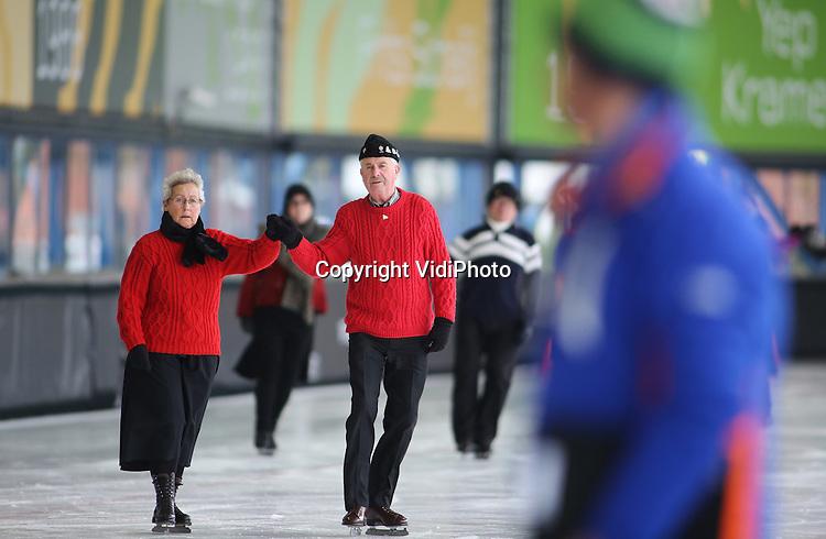 Foto: VidiPhoto<br /> <br /> UTRECHT - Op kunstijsbaan De Vechtsebanen in Utrecht is dinsdag het Nederlands Kampioenschap Schoonrijden gehouden. Zo'n 40 deelnemers uit het hele land streden individueel en in paren om de hoogste eer in de hoofdklasse en in de A-klasse. Bij schoonrijden gaat het niet om snelheid of spectaculaire sprongen, maar om het technisch schaatsen. De deelnemers moeten via zogenoemd buitenover-schaatsen over een denkbeeldige rechte lijn 'zwieren' en zich zo in een gelijkmatige cadans over het ijs bewegen. Het schoonrijden neemt de laatste jaren licht in populariteit toe, maar wordt vooral beoefend door mensen vanaf middelbare leeftijd. De techniek voor het schoonrijden vormde vroeger de basis voor het hardrijden. Nog steeds krijgen hardrijders van schoonrijders via clinics les om hun techniek in de bochten te perfectioneren. Nederland telt zo'n 250 actieve schoonrijders. Veertig van hen nemen deel aan de jaarlijkse competitiewedstrijden en het afsluitende NK in Utrecht. Extra handicap was dinsdag de harde wind.