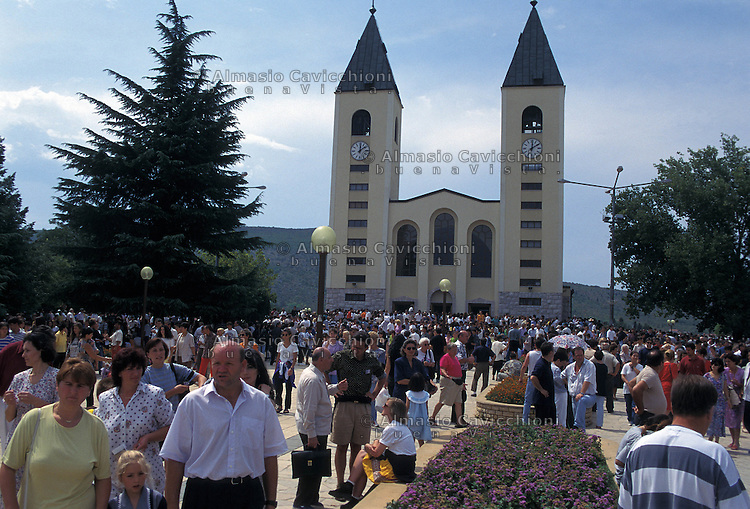 Medugorje, Bosnia-Erzegovina - Una delle piu' popolari mete di pellegrinaggio per i fedeli cattolici da quando 6 ragazzi croati il 24 giugno 1981 sostennero di ricevere apparizioni della Madonna. Il santuario edificato sul luogo dell'apparizione e' frequentato da migliaia di fedeli ogni anno.Medugorje, Bosnia-Erzegovina - One of the most popular pilgrimage sites for Catholics in the world since on June 24 1981 six Croats claimed the apparitions of the Blessed Virgin Mary ..