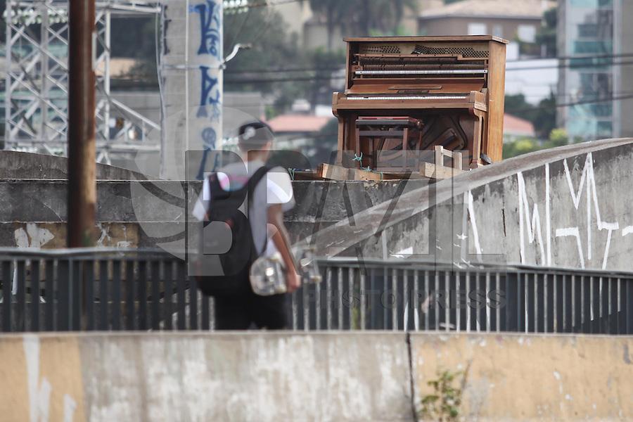 """SAO PAULO, SP, 08.05.2015 - CENA-SP - Artistas instalam um piano sobre os arcos da antiga ponte do Morumbi, na marginal Pinheiros, desativada desde 1988. O piano está sobre a ponte desde 21 de março, quando um coletivo de artistas promoveu uma festa para a abertura da instalação artística """"Parque Suspenso"""".(Foto: Douglas Pingituro / Brazil Photo Press)"""