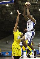 BOGOTA -COLOMBIA, 6-MARZO-2015.  Randall Hunter  (Der) de Guerreros de Bogota  en accion contra Bucaros durante partido de la quinta fecha de la Liga DIRECTV de baloncesto 2015 jugado en el coliseo el Salitre .Guerreros se impuso 92-87 a Bucaros. / Randall Hunter  of Guerreros de Bogota  in action against Bucaros during  game of  the fifth round of the liga  DIRECTV 2015 of Basketball  played at the Coliseum Salitre .Guerreros won 92-87 to Bucaros . Photo / VizzorImage / Felipe Caicedo  / Staff