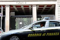 Un auto della guardia di Finanza di fronte la sede del Milan di via Turati. La Guardia di Finanza sta investigando sulle modalità di trasferimento dei calciatori e l'attività di intermediazione da parte dei relativi agenti .<br /> A car of italian tax investigation police in front of the main office of Ac Milan. Italian police investigate about the lawfulness of players contracts and transfers<br /> Milano 25/06/2013 <br /> sede A.C. Milan Calcio <br /> Foto Andrea Ninni/Image Sport/Insidefoto<br /> nella foto: sede A.C. Milan via Turati
