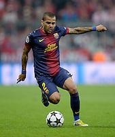 FUSSBALL  CHAMPIONS LEAGUE  HALBFINALE  HINSPIEL  2012/2013      FC Bayern Muenchen - FC Barcelona      23.04.2013 Daniel Alves (Barca) Einzelaktion am Ball