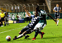 PALMIRA - COLOMBIA - 14 - 02 - 2018: Deiber Caicedo (Der.) jugador de Deportivo Cali disputa el balón con Jose Luis Mosquera (Izq.) jugador de Boyaca Chico F. C., durante partido de la fecha 3 por la liga Aguila I 2018, jugado en el estadio Deportivo Cali (Palmaseca) en la ciudad de Palmira. / Deiber Caicedo (R) player of Deportivo Cali vies for the ball with Jose Luis Mosquera (L) player of Boyaca Chico F. C., during a match of the 3rd date for the Liga Aguila I 2018, at the Deportivo Cali (Palmaseca) stadium in Palmira city. Photo: VizzorImage / Luis Ramirez / Staff.