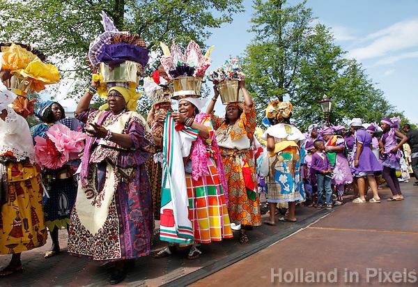 Keti  Koti optocht in Amsterdam om de afschaffing van de slavernij te vieren. Surinaamse klederdracht