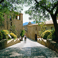 Spain, Catalonia, Costa Brava, Pals: Old town lane | Spanien, Katalonien, Costa Brava, Pals: Altstadtgasse