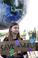 Roma, 15 Marzo 2019.<br /> Alice Imbastari, la giovane che si ispira a Greta. <br /> Migliaia di studentesse e studenti partecipano al Global Strike For Future, lo sciopero generale per il pianeta lanciato dalla 16enne Greta Thunberg diventata simbolo della lotta ai cambiamenti climatici