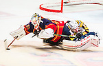 ***BETALBILD***  <br /> Stockholm 2015-09-19 Ishockey SHL Djurg&aring;rdens IF - Skellefte&aring; AIK :  <br /> Djurg&aring;rdens m&aring;lvakt goalkeeper Mikael Tellqvist i kamp om pucken med Skellefte&aring;s Martin Lundberg under matchen mellan Djurg&aring;rdens IF och Skellefte&aring; AIK <br /> (Foto: Kenta J&ouml;nsson) Nyckelord:  Ishockey Hockey SHL Hovet Johanneshovs Isstadion Djurg&aring;rden DIF Skellefte&aring; SAIK