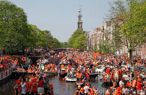 Koningsdag op de grachten in Amsterdam