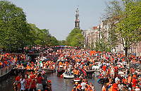 Koningsdag op de grachten in Amsterdam. <br />