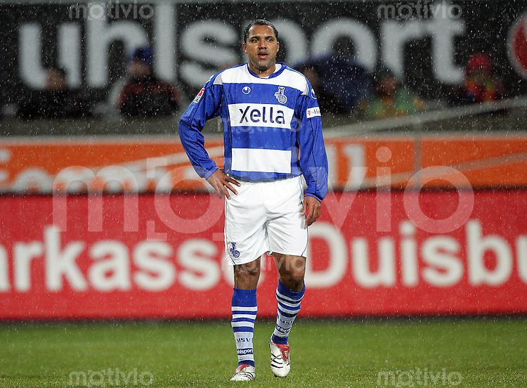 FUSSBALL             1.BUNDESLIGA         SAISON 2007/2008            15. SPIELTAG MSV Duisburg - 1. FC Nuernberg                                     02.12.2007 AILTON (Duisburg) steht enttaeuscht im Regen.