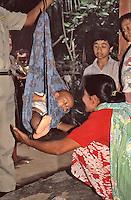 Indonesia; Java, mother and son during the posyandu (training program for the health of children),control of the weight of the newborn.<br /> Indonesia, Giava, mamma e bambino durante il posyandu (centri sanitari per la salute dei bambini), controllo del peso del neonato.