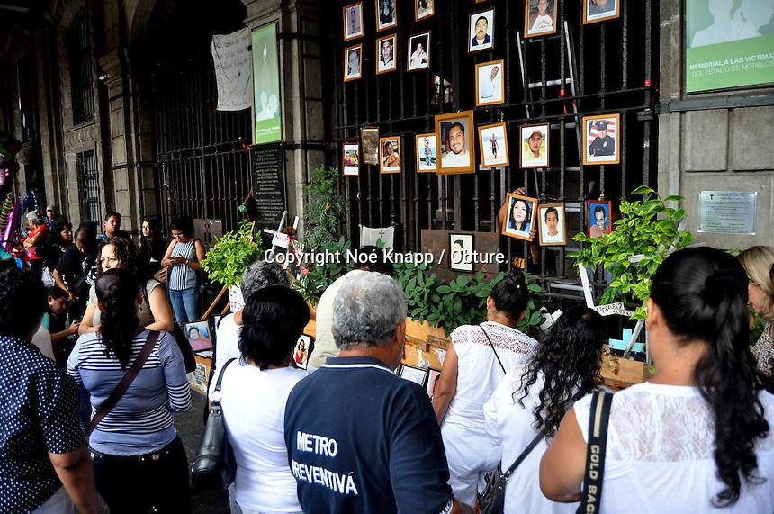 CUERNAVACA, MORELOS. 28 de Octubre de 2015- Familiares de víctimas de la delincuencia en Morelos, colocaron nuevas fotografías en el memorial ubicado en las puertas de la sede del gobierno estatal, mientras anunciaban que remodelarán este espacio ante incremento de víctimas. <br /> <br /> Fotos: Noé Knapp