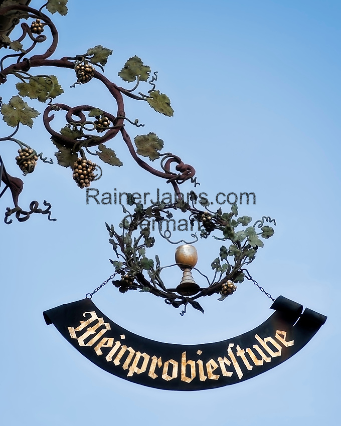 Deutschland, Rheinland-Pfalz, Deidesheim: schmiedeeisernes Zunftschild laedt zum Besuch einer Weinprobierstube | Germany, Rhineland-Palatinate, Deidesheim: guild sign of wrought iron inviting to visit a wine tasting room