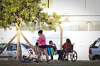 Campinas (SP), 04/05/2020 - Quarentena-SP - Pessoas visitam a praça José Ferreira de Toledo no Parque Jambeiro em Campinas, inteiror de São Paulo, onde existe uma lagoa e pista de caminhada, sendo que os parque públicos de Campinas deveriam estar fechados.