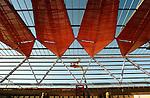 31-08-2005 Randstadrail Stationskap: Leidschenveen:.In Leidschenveen wordt de laatste hand gelegd aan de kap van een nieuwe RandstadRail-station. Om het treinverkeer op de NS Zoetermeer Stadslijn niet te hinderen is de 300 ton zware stalen kap, in alle rust naast het spoor op hoge poten in elkaar gezet. Komend weekend wordt het 55 meter lange gevaarte met kranen op zijn plaats gezet, waarna de afbouw volgt met zo'n 1700 vierkante meter glas..© Ton Borsboom.steekwoorden: bouw bouwnijverheid utiliteitsbouw vervoer Randstadrail staal lassen arbo arbeidsomstandigheden gemeente vervoersbeleid  economie gww infrastructuur innovatief metro lightrail montage hoogwerker risico valgevaar. LEIDSCHENVEEN - In Leidschenveen wordt de laatste hand gelegd aan de kap van een nieuwe RandstadRail-station. Om het treinverkeer op de NS Zoetermeer Stadslijn niet te hinderen is de 300 ton zware stalen kap, in alle rust naast het spoor op hoge poten in elkaar gezet. Komend weekend wordt het 55 meter lange gevaarte met kranen op zijn plaats gezet, waarna de afbouw volgt met zo'n 1700 vierkante meter glas.<br /> COPYRIGHT TON BORSBOOM