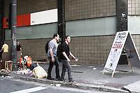ATENCAO EDITOR: FOTO EMBARGADA PARA VEICULOS INTERNACIONAIS - SÃO PAULO, 29 DE SETEMBRO 2012 - ELEICOES 2012 - PROPAGANGA ELEITORAL - As varias formas de propagandas eleitorais espalhadas pela cidade de São Paulo, região do centro da capital, 29. FOTO LOLA OLIVEIRA-BRAZIL PHOTO PRESS